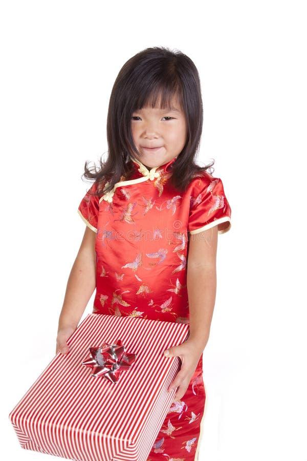 Jeunesse chinoise avec le cadeau images stock