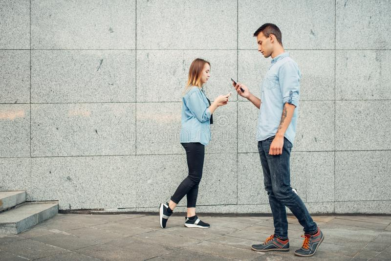 Jeunesse d'intoxiqué de téléphone, mode de vie moderne photo stock