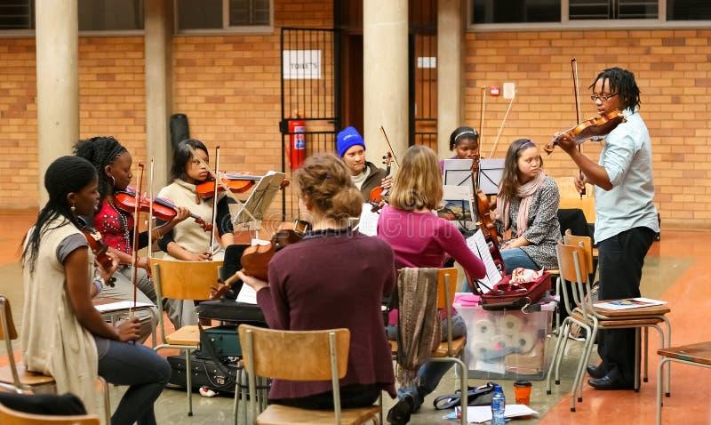 Jeunesse diverse à l'orchestre d'école de musique images libres de droits