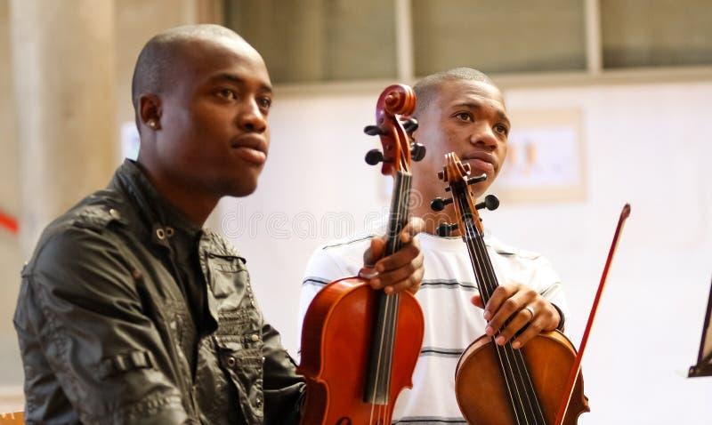 Jeunesse diverse à l'orchestre d'école de musique image stock