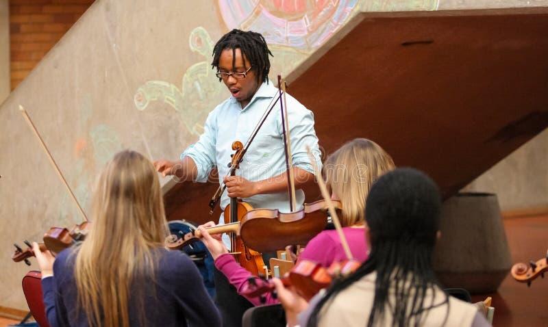 Jeunesse diverse à l'orchestre d'école de musique photo libre de droits