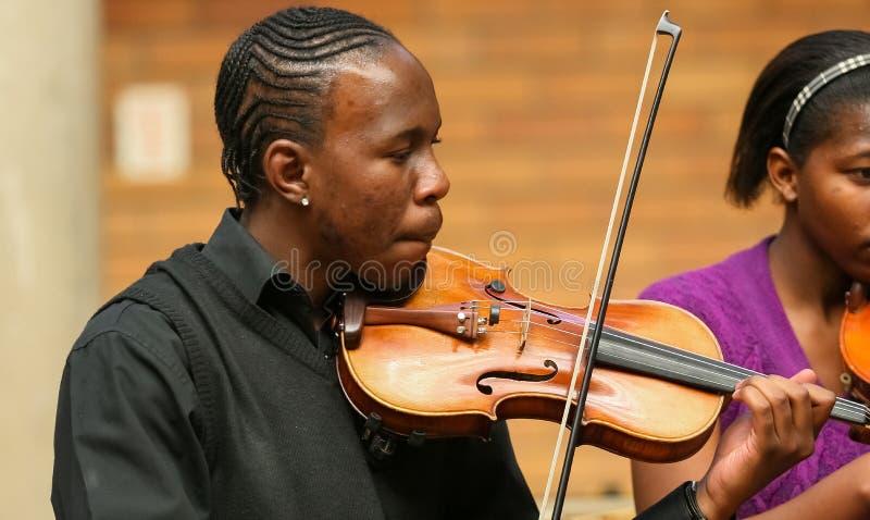 Jeunesse diverse à l'orchestre d'école de musique photographie stock libre de droits