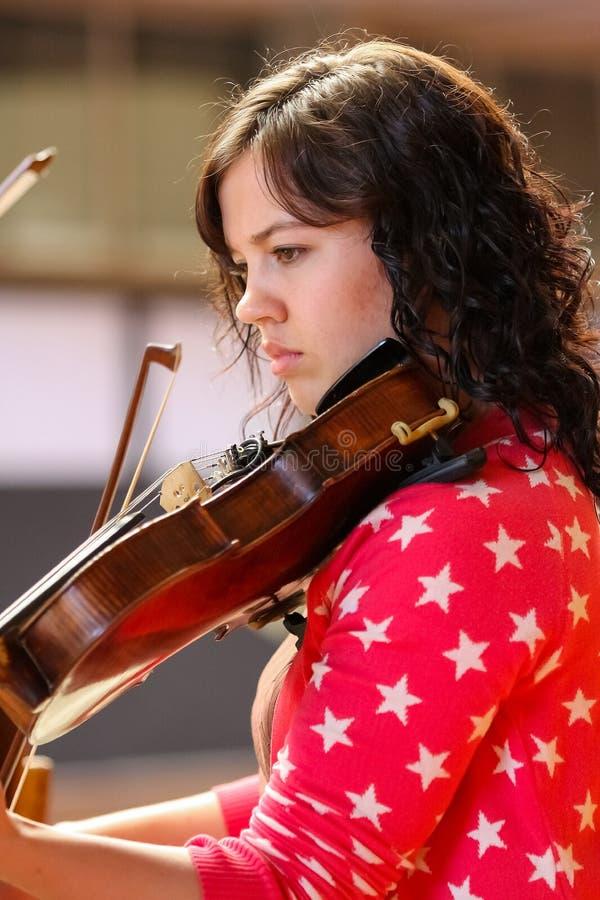 Jeunesse diverse ? l'orchestre d'?cole de musique images libres de droits