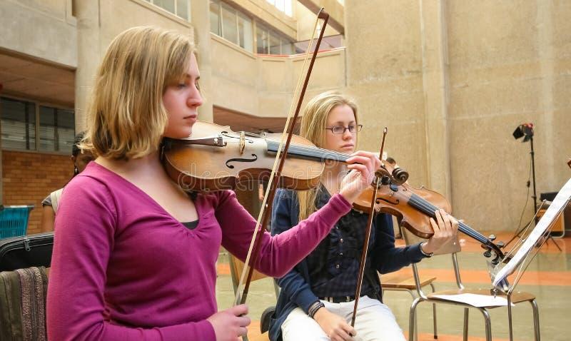 Jeunesse diverse ? l'orchestre d'?cole de musique image libre de droits