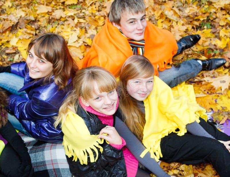 Jeunesse en couvertures image stock