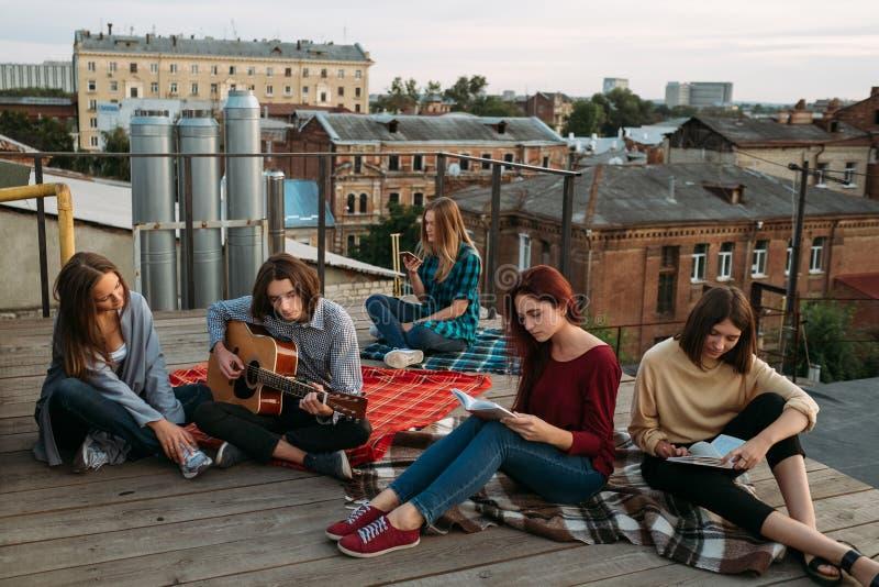 Jeunesse intelligente de hippie décontracté de loisirs de passe-temps photos libres de droits