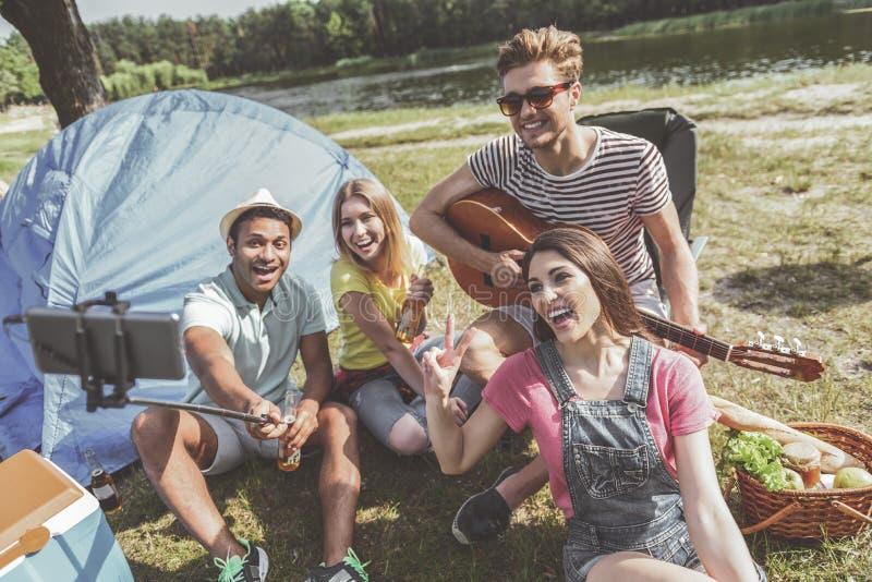 Jeunesse satisfaite faisant le selfie pendant le pique-nique photos libres de droits