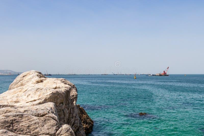 Jeungsan-Strand mit vielen industriellen Schiffen auf Horizont Donghae, Gangwon-Provinz, Südkorea, Asien lizenzfreie stockfotografie
