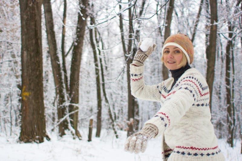 Jeux actifs pendant l'hiver sur la rue images stock