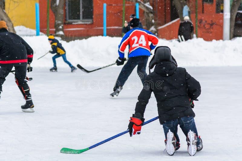Jeux amateurs d'équipe de hockey sur la glace image libre de droits