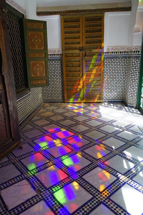 Jeux colorés d'EL Bahia Palace de lumière réfléchie à Marrakech image libre de droits