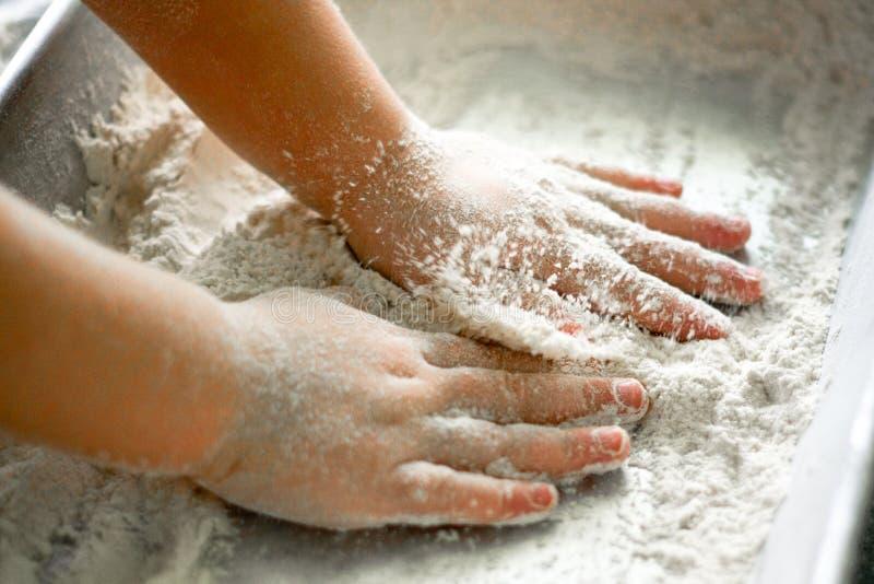 Jeux d'enfant avec de la farine image libre de droits