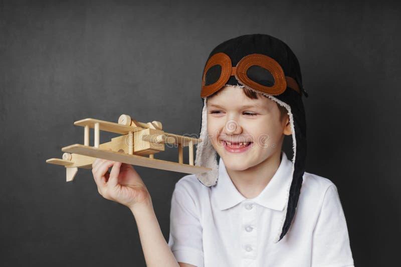 Jeux d'enfant avec un avion de jouet à la maison image libre de droits