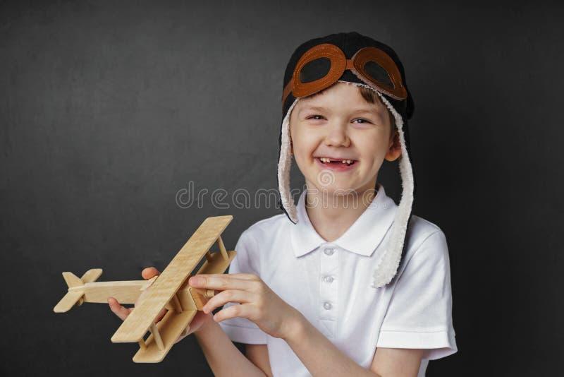 Jeux d'enfant avec un avion de jouet à la maison photographie stock libre de droits