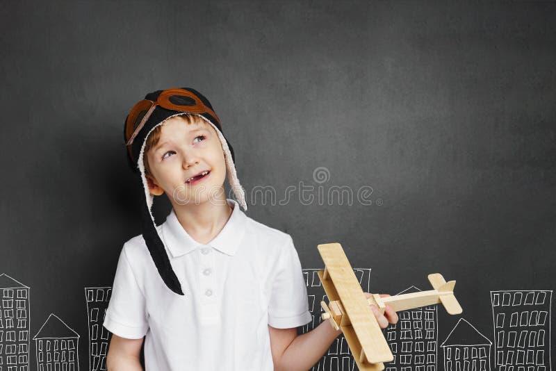 Jeux d'enfant avec un avion de jouet à la maison Enfance, liberté, concept de paix image stock