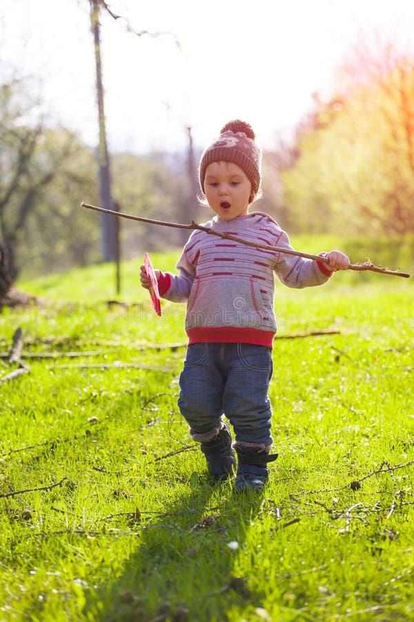Jeux d'enfant avec un frisbee dehors image stock