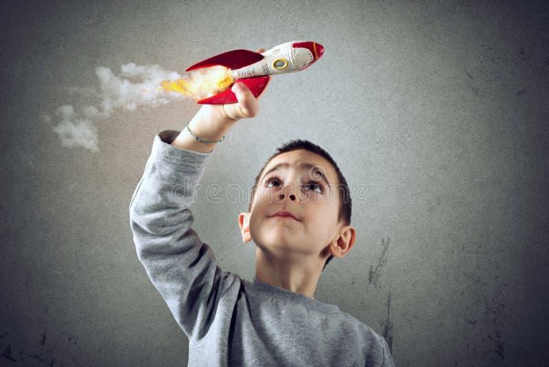 Jeux d'enfant avec une fus?e Concept d'imagination photos stock
