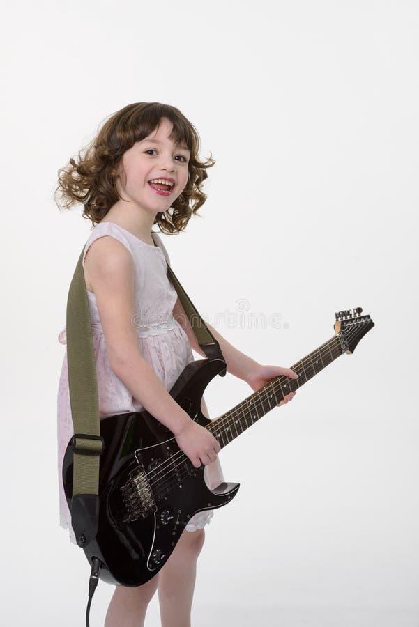 Jeux d'enfant heureux la guitare images libres de droits
