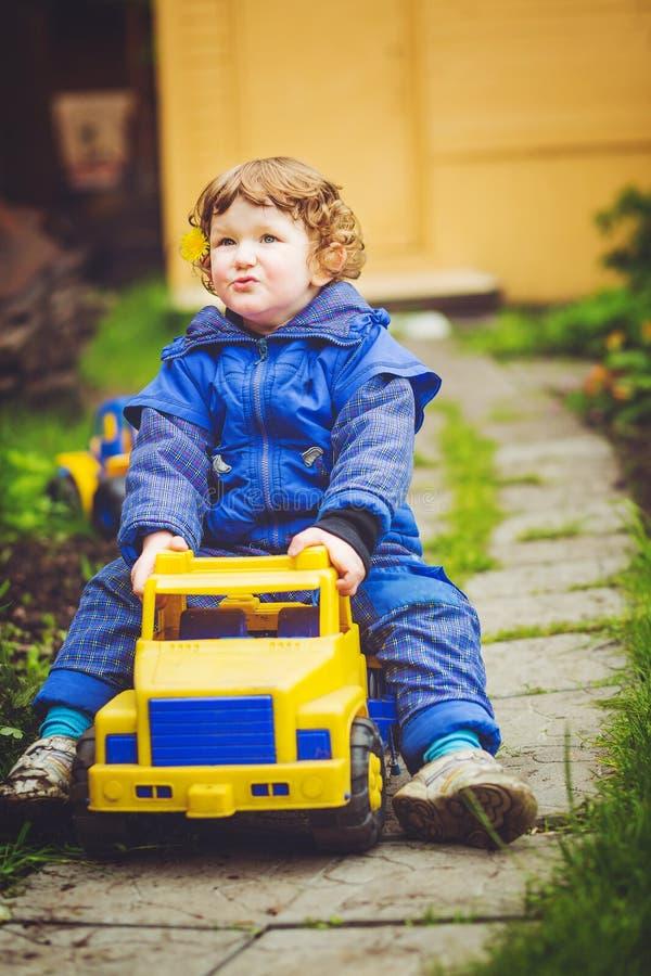 Jeux d'enfant une voiture de jouet sur le parc photo stock