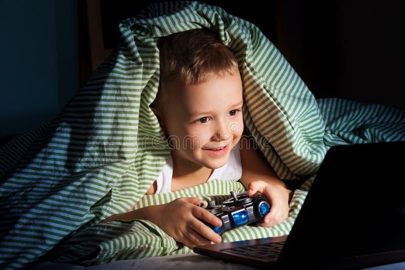Jeux d'ordinateur la nuit image stock
