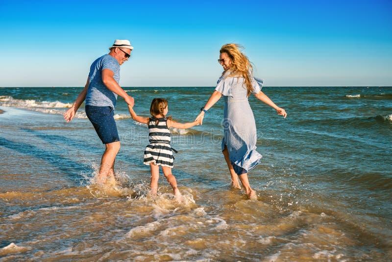 Jeux de famille en mer image libre de droits