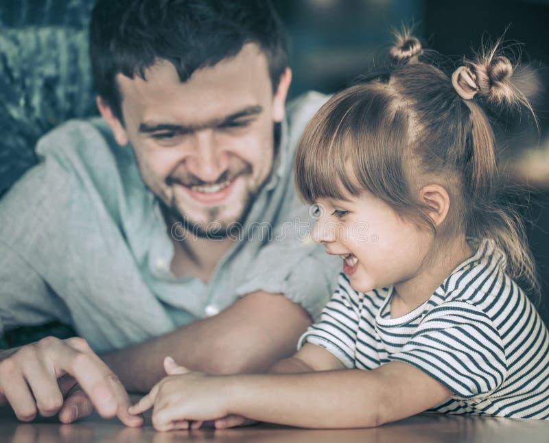 Jeux de papa avec sa petite fille photo stock