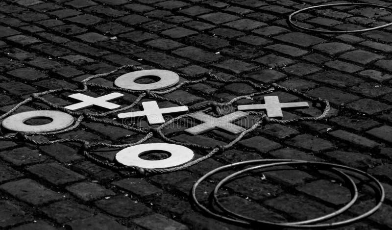 Jeux de rue ou de terrain de jeu d'antan photo stock