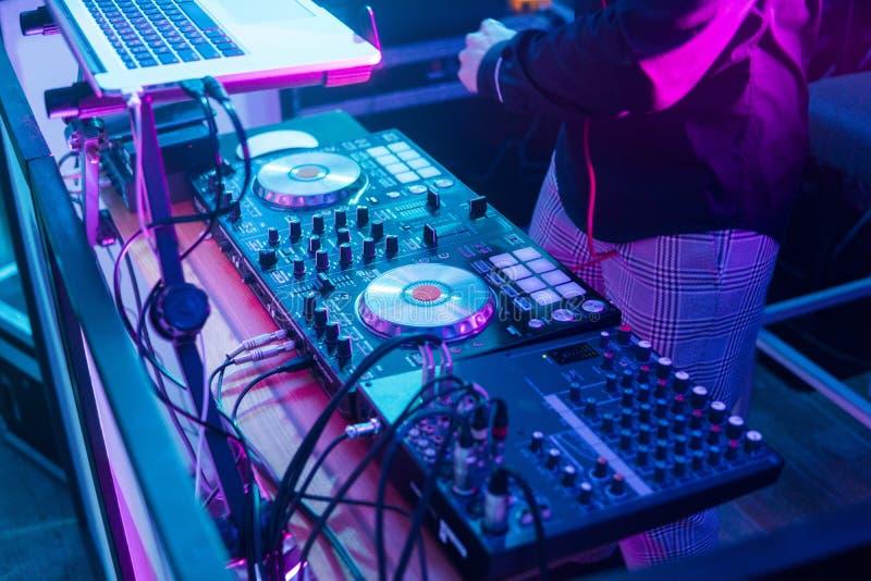Jeux du DJ et musique de mélange sur le contrôleur numérique de mélangeur Contrôleur en gros plan de représentation du DJ, systèm photo stock