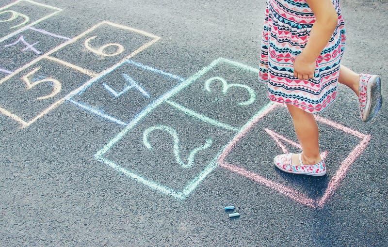 Jeux du ` s d'enfant des rues dans les classiques Foyer s?lectif photo stock