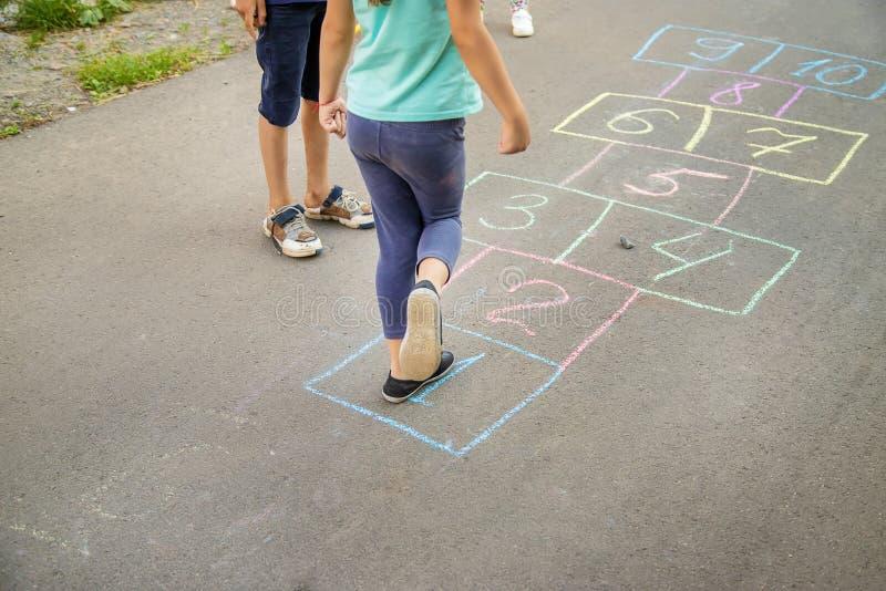 Jeux du ` s d'enfant des rues dans les classiques Foyer s?lectif image stock