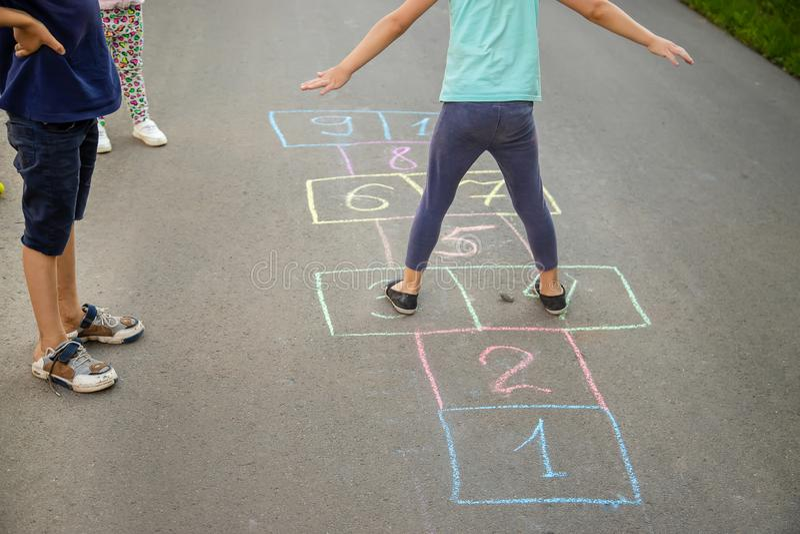 Jeux du ` s d'enfant des rues dans les classiques Foyer s?lectif photos libres de droits