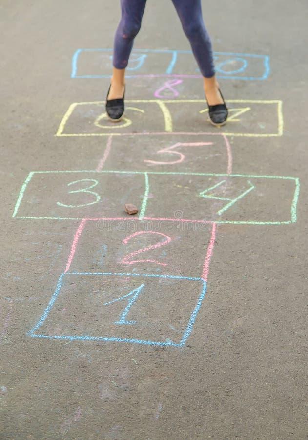 Jeux du ` s d'enfant des rues dans les classiques Foyer s?lectif photos stock