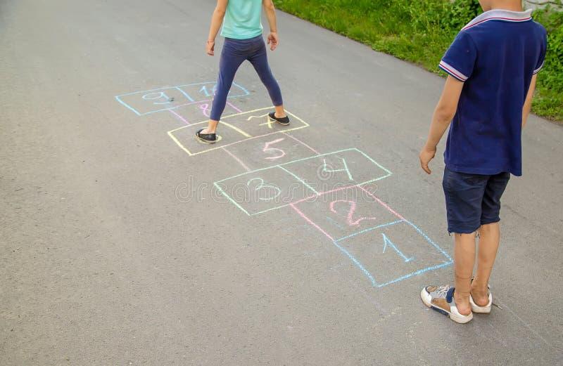 Jeux du ` s d'enfant des rues dans les classiques Foyer s?lectif photographie stock libre de droits