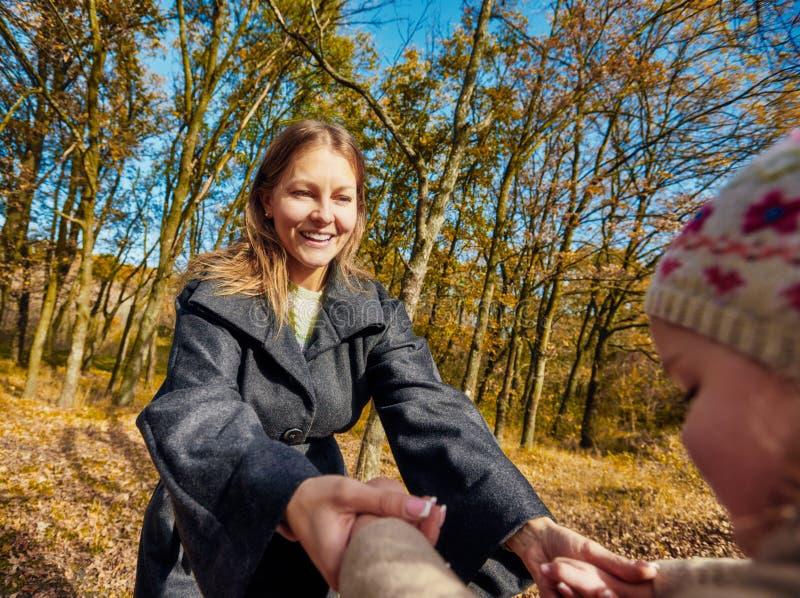 Jeux en parc d'automne images libres de droits