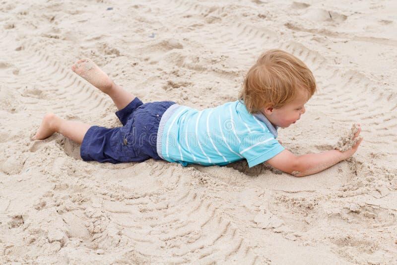 Jeux mignons de garçon sur la plage image libre de droits