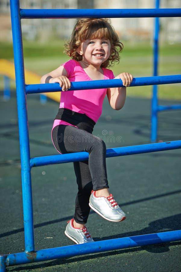 Download Jeux Mignons De Petite Fille Sur Le Terrain De Jeu Photo stock - Image du actif, famille: 45351924
