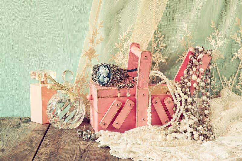 Jewelelry antik träsmyckenask för tappning och doftflaska på trätabellen Filtrerad bild royaltyfri bild