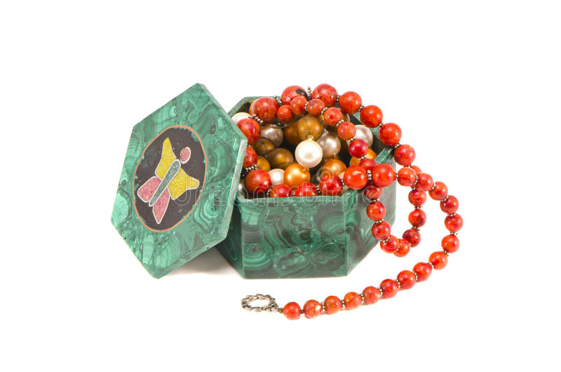 Jewelery in contenitore di malachite isolato su bianco immagine stock libera da diritti