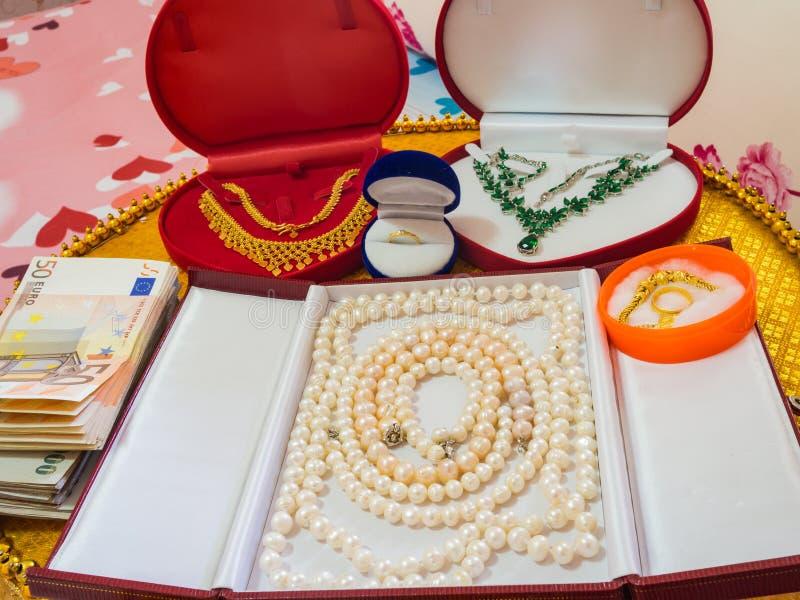 Jewellery i pieniądze jako Ślubny prezent fotografia stock