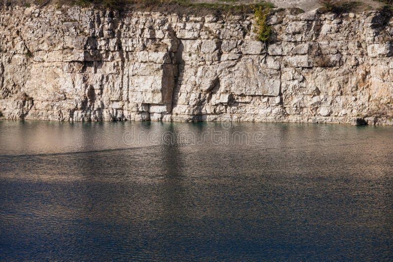 Jeziora i wapnia łupu faleza w Zakrzowek zdjęcia stock