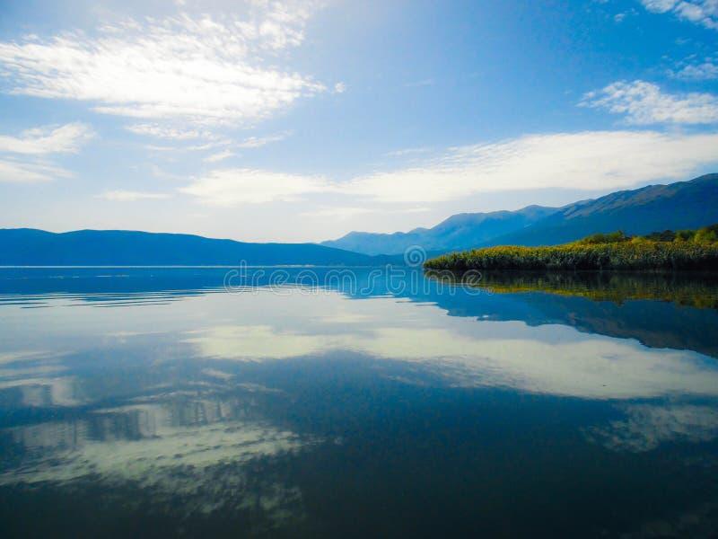 Jeziora wodny odbicie zdjęcia stock