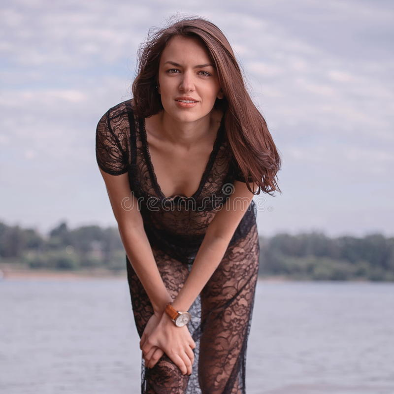 Jeziorem modna kobieta obrazy royalty free