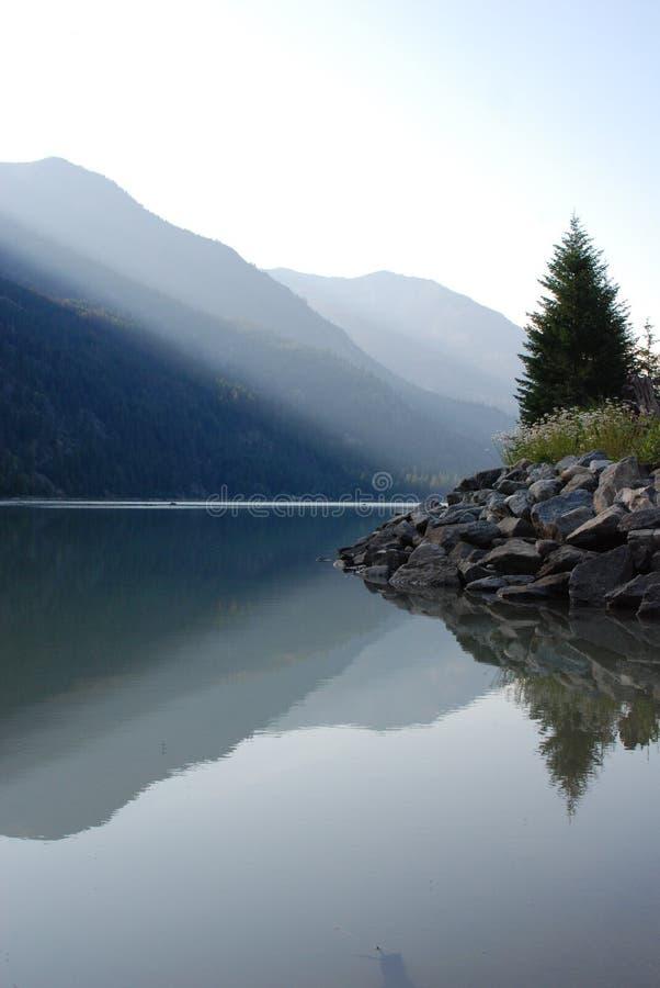 jeziorna góry linia brzegowa zdjęcie stock