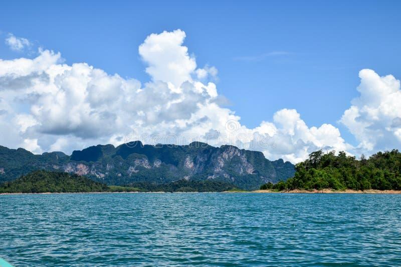 Jeziorna góry nieba chmura, krajobraz zdjęcia stock