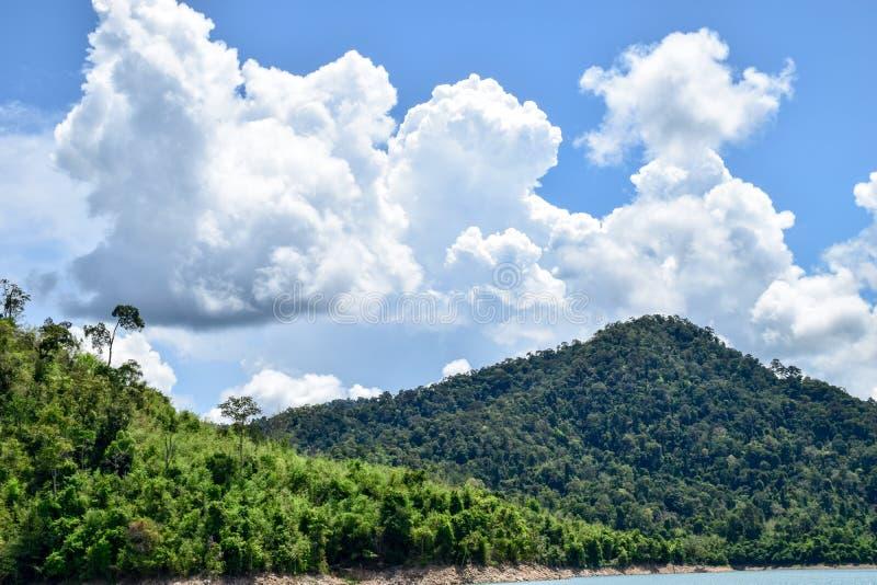 Jeziorna góry nieba chmura, krajobraz obraz stock