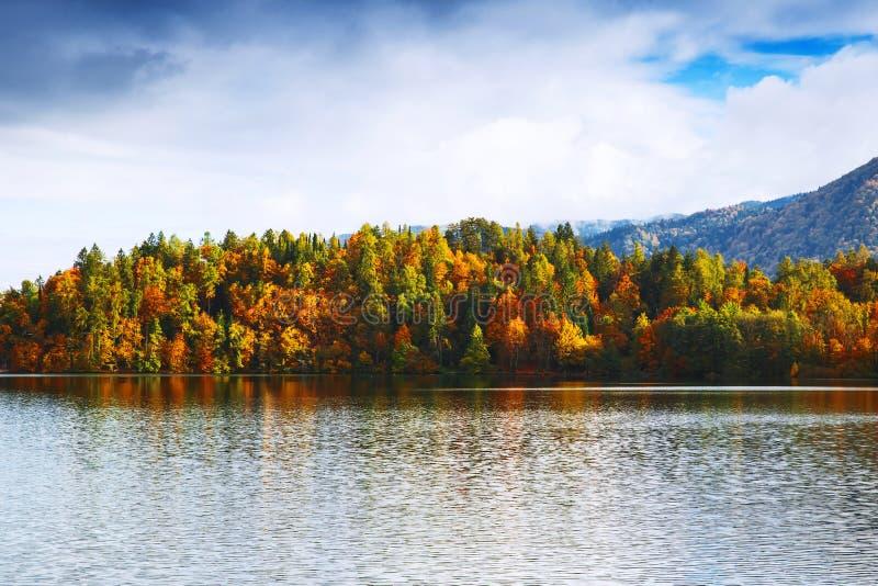 Jeziorna jesieni sceneria w Październiku fotografia royalty free