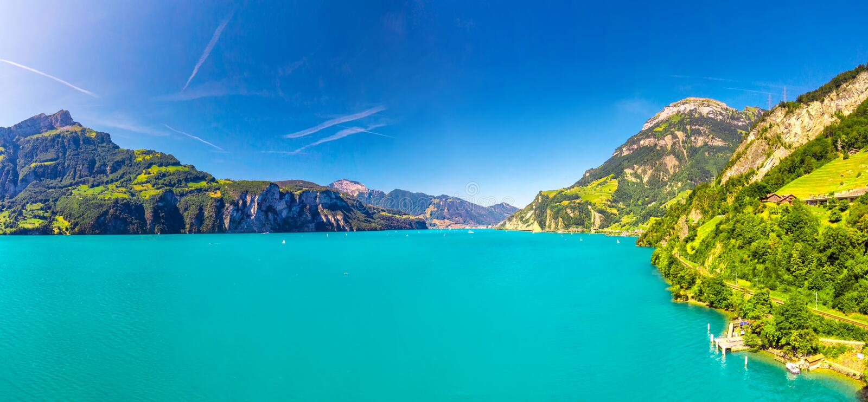 Jeziorna lucerna blisko Mówi talerza, Brunnen wioskę i, Szwajcaria Rigi i Frontalpstock z górą zdjęcia royalty free