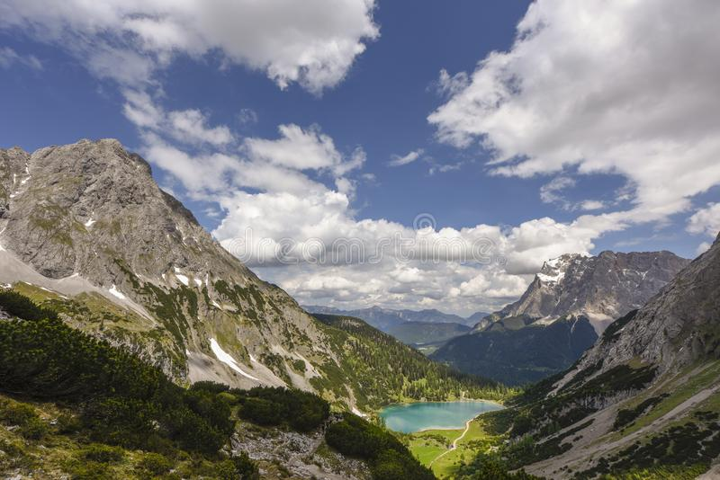Jeziorna Seebensee i Zugspitze góra blisko Ehrwald, Austria obraz stock