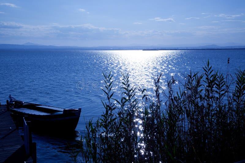 Jeziorne w El błękitny Albufera łodzie Saler Walencja obrazy stock