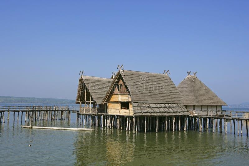 Jeziorni mieszkania Kamienny i Brązowy wiek w Unteruhldingen zdjęcie stock
